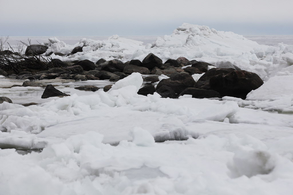 Ice builds up close to the shores of Victoria Beach on Lake Winnipeg.  ( John Woods / Winnipeg Free Press)