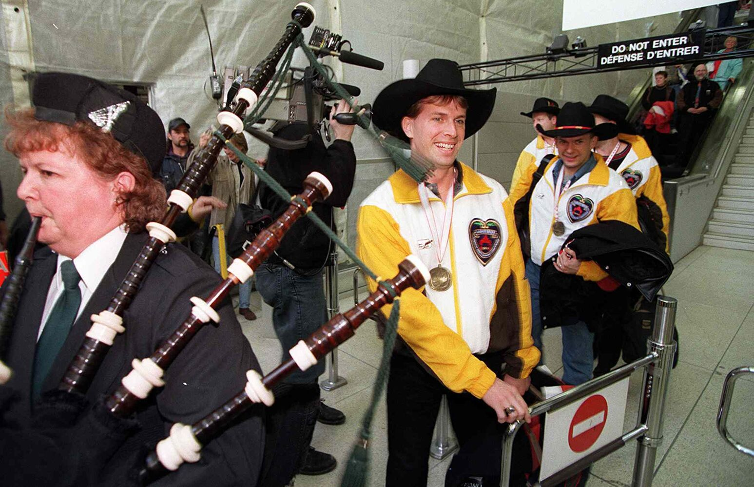1999 Brier Champ Jeff Stoughton and his rink are welcomed home at the Winnipeg airport. (Jeff De Booy / Winnipeg Free Press files)