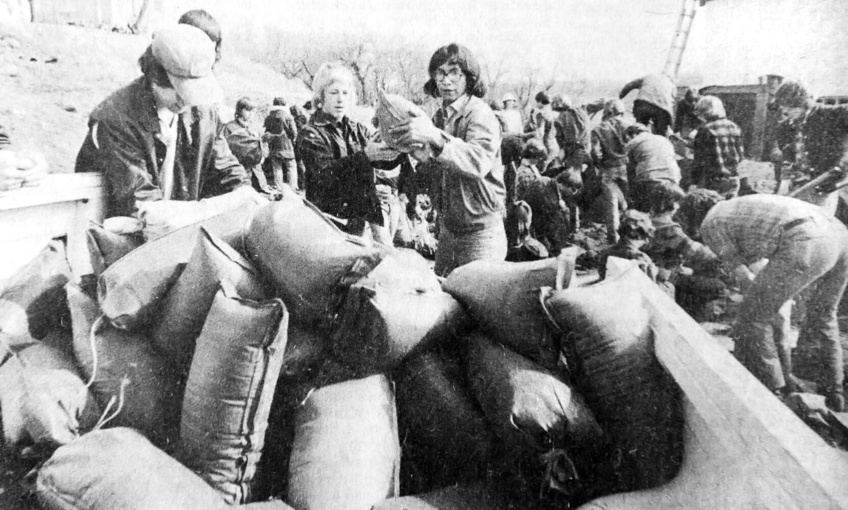 Souris residents struggle to contain the rapidly-rising waters of the Souris River. About 200 people worked around the clock, reinforcing dikes with sandbags in an effort to hold back the flood.  (TruBrandon Sun archives, April 9, 1976)
