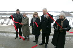 From left, MP James Bezan, floodway authority CEO Ernie Gilroy, MP Shelly Glover, Premier Greg Selinger and MP Joy Smith cut the ribbon Tuesday on the completed Red River Floodway expansion.