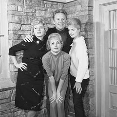 FILE - In this Feb. 9, 1963 file photo, actors, Van Johnson, top center, Shelly Winters, from left, Janet Leigh, and Martha Hyer pose for a photo. Hyer, an Oscar-nominated actress who starred alongside the likes of Frank Sinatra and Humphrey Bogart, has died. Raymond Lucero of Rivera Funeral Home says Hyer, 89, died May 31, 2014, in Santa Fe, N.M. (AP Photo/Don Brinn, file)