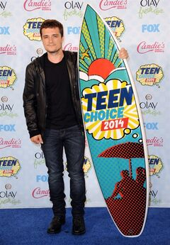"""Josh Hutcherson poses in the press room with the award for choice movie actor: sci-fi/fantasy for """"The Hunger Games: Catching Fire"""" at the Teen Choice Awards at the Shrine Auditorium on Sunday, Aug. 10, 2014, in Los Angeles. (Photo by Richard Shotwell/Invision/AP)"""