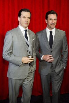 Jon Hamm, right, poses with his wax likeness at an unveiling at Madame Tussauds on Friday, May 9, 2014 in New York. (Photo by Charles Sykes/Invision/AP)