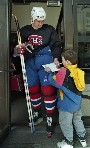 Montreal Canadiens' Todd Ewen signs an autograph for a fan at the Forum in Montreal, May 27, 1993. The brain of deceased NHL enforcer Ewen did not show signs of chronic traumatic encephalopathy despite suffering several concussions during the player's career, the Canadian Concussion Centre announced Tuesday. THE CANADIAN PRESS/Ryan Remiorz