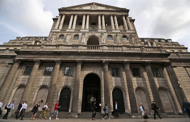 People walking past the Bank of England in London's City financial district on July 1, 2013. THE CANADIAN PRESS/AP, Lefteris Pitarakis