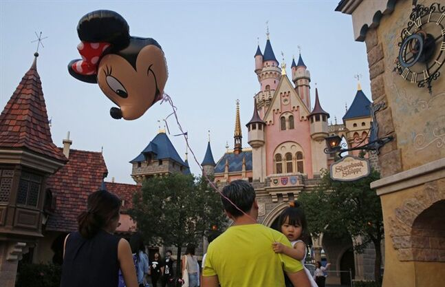 Shanghai Disneyland opens with rain, long lines