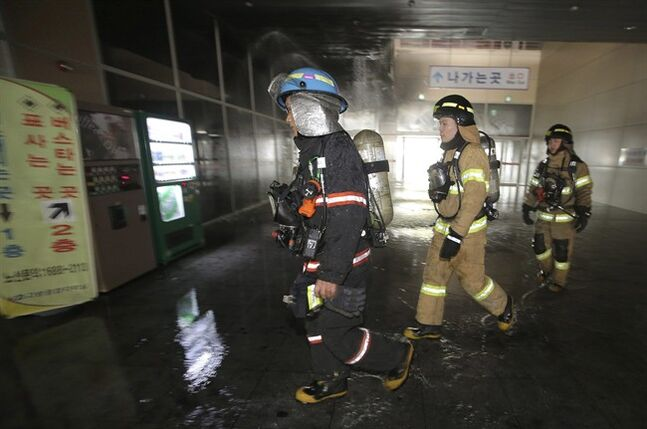 South Korean firefighters arrive at a bus terminal at Goyang, north of Seoul, South Korea, Monday, May 26, 2014. A fire at the bus terminal near Seoul on Monday left seven people dead and 20 others injured, emergency officials said. (AP Photo/Yonhap, Lee Jung-hun) KOREA OUT