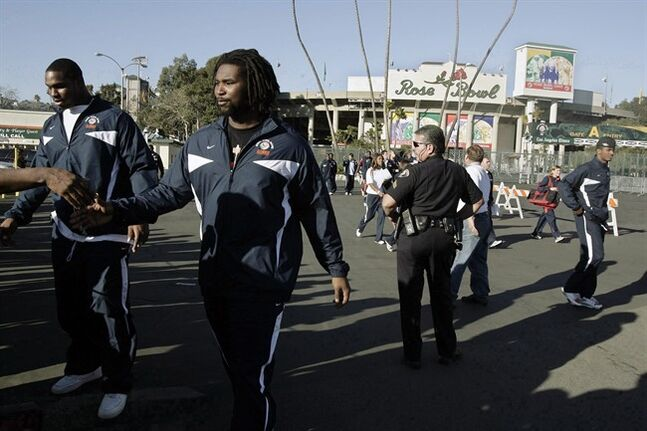 Illinois football players Derek Walker, left, and Xavier Fulton greet fans after being photographed with teammates Monday, Dec. 31, 2007, in Pasadena, Calif. Roughriders teammates Xavier Fulton and Derek Walker are happy to be teammates again. THE CANADIAN PRESS/AP, Ric Francis