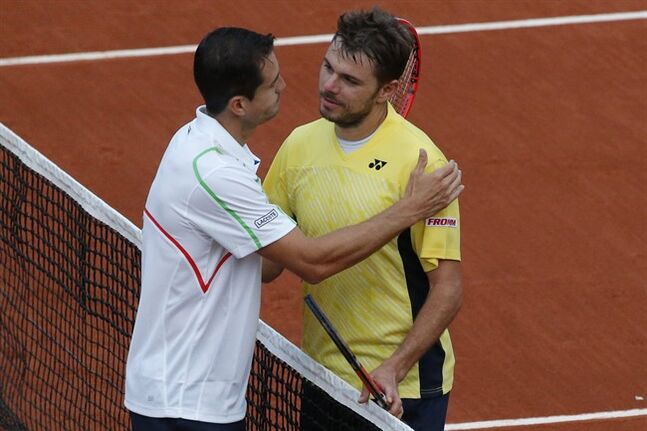 Switzerland's Stanislas Wawrinka greets Spain's Guillermo Garcia-Lopez, left, after losing the first round match of the French Open tennis tournament in four sets at the Roland Garros stadium, in Paris, France, Monday, May 26, 2014. (AP Photo/Michel Euler)