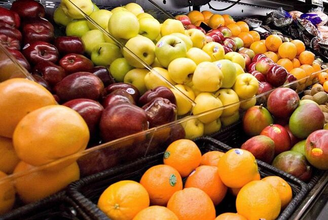 Fruits on display are pictured in a Breakeyville, Que., grocery store on Nov. 28 2006. THE CANADIAN PRESS/Jacques Boissinot