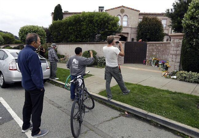 People photograph a former residence of Robin Williams Tuesday, Aug. 12, 2014, in the Sea Cliff neighborhood of San Francisco. Sheriff's officials say Williams committed suicide by hanging himself at his home in Tiburon, outside San Francisco. (AP Photo/Ben Margot)