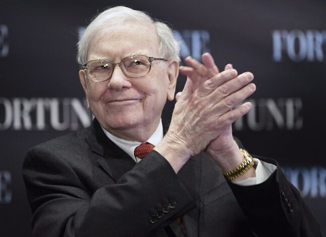 Billionaire investor Warren Buffett applauds during a seminar in Omaha, Neb. May 1, 2013. THE CANADIAN PRESS/AP, Nati Harnik