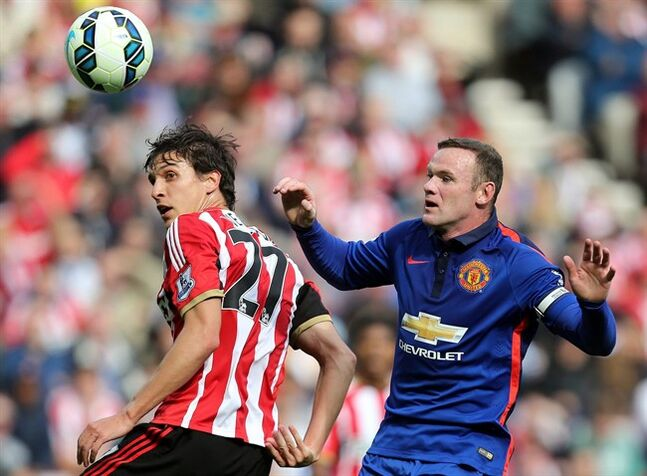 Manchester United's captain Wayne Rooney, right, vies for the ball with Sunderland's Santiago Vergini, left, during their English Premier League soccer match at the Stadium of Light, Sunderland, England, Sunday, Aug. 24, 2014. (AP Photo/Scott Heppell)