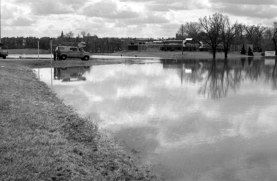 MTS staff work in the flooded Dinsdale Park. (Dirk Aberson / Brandon Sun archives, April 24, 1995)