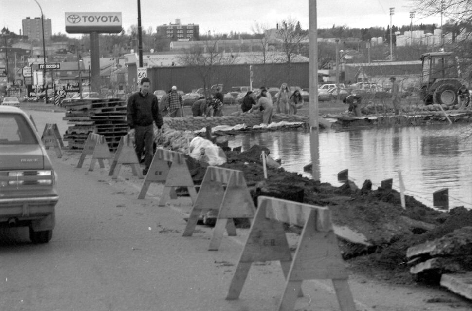 A sandbag dike is built up at the corner of 18th Street North and John Avenue. (Dirk Aberson / Brandon Sun archives, April 25, 1995)