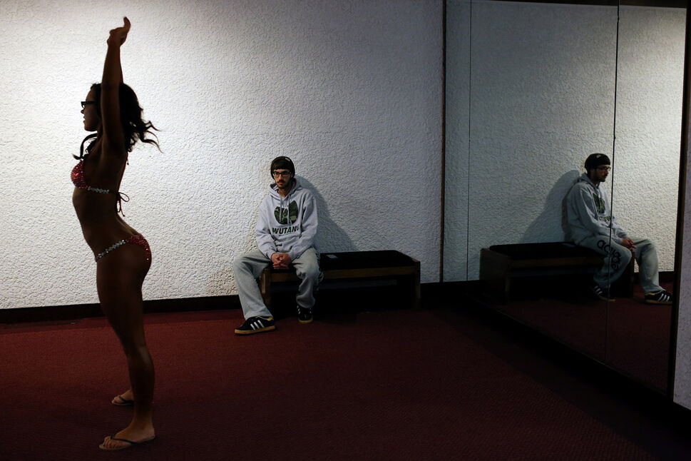 Justin Knockaert of Thompson watches as Jessica Cater practices her poses in a mirror prior to competing. (Tim Smith/Brandon Sun)