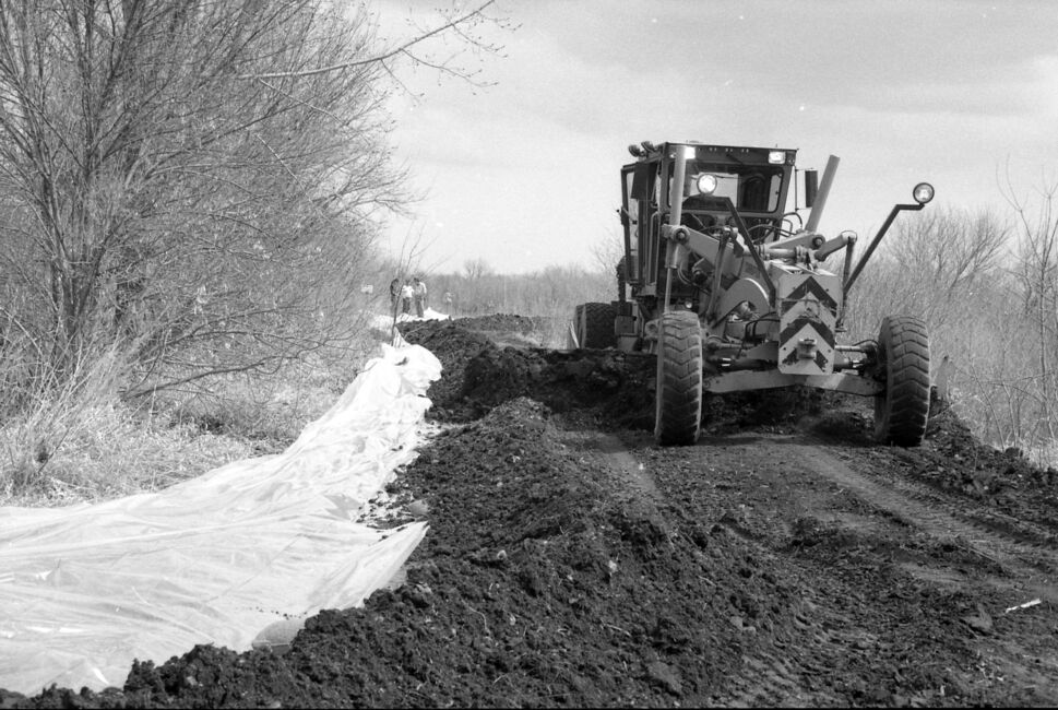 A grader works on the roads during the 1995 flood fight. (Dirk Aberson/ Brandon Sun archives, April 24, 1995)