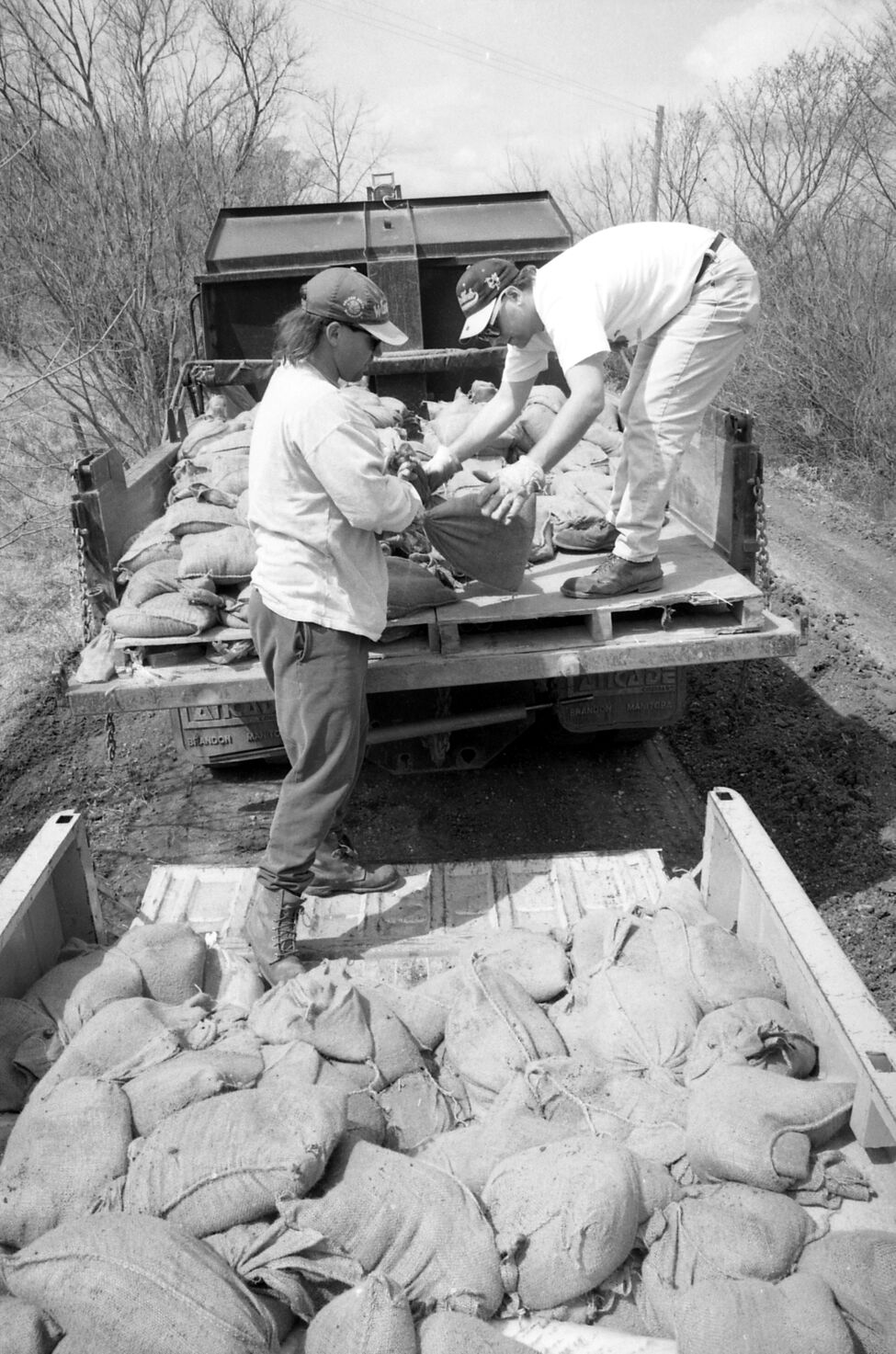 Sandbags are loaded into a truck during the 1995 flood fight along the Assiniboine River. (Dirk Aberson / Brandon Sun archives, April 24, 1995)