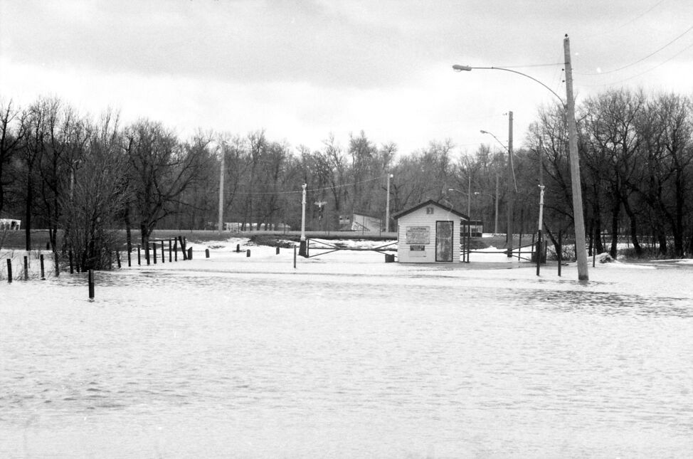 Floodwaters wash over the entrance road to Curran Park, now Turtle Crossing, during the 1995 Assiniboine River flood. (Dirk Aberson / Brandon Sun archives, April 18, 1995)