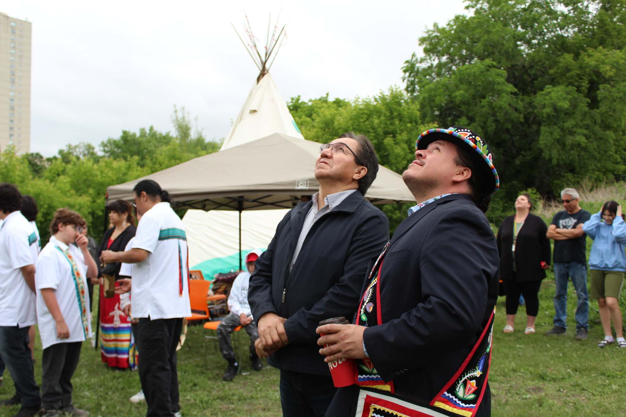 The Southern Chiefs' Organization Grand Chief Jerry Daniels, right, with Chief Garnet Woodhouse of Pinaymootang First Nation, observes his organization's flag raised, signalling a partnership with Macdonald Youth Services in Winnipeg Tuesday. (Submitted)</p>