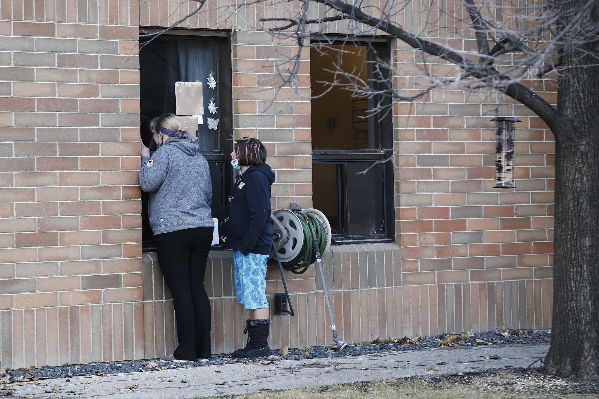 People talk to a resident at Maples Personal Care Home in Winnipeg on Nov. 1. Rachel Herron, a professor at Brandon University, will lead a new research project focused on improving long-term care environments for both aging adults and their caregivers. (Winnipeg Free Press)</p></p>