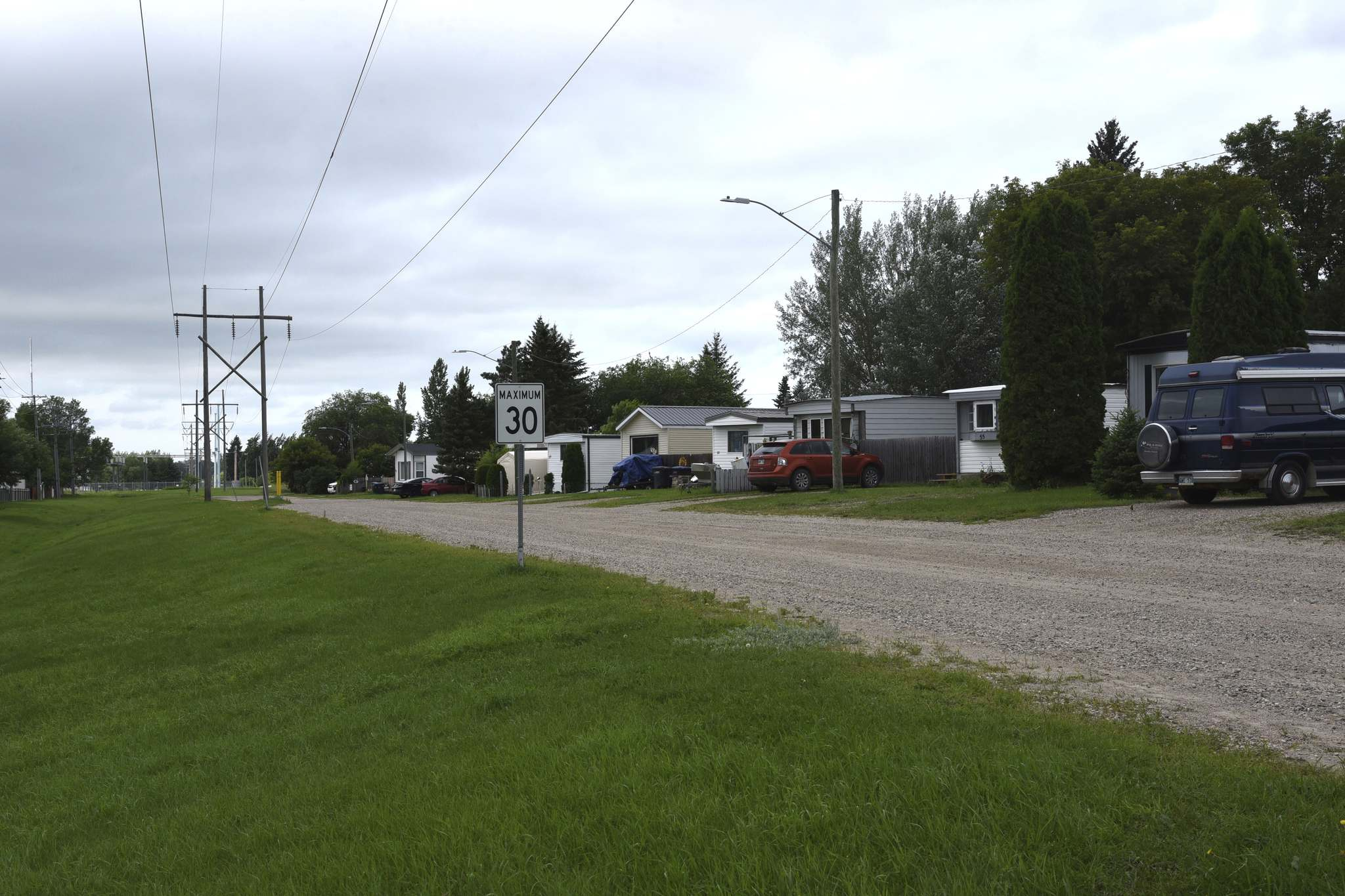 Mobile homes along this Manitoba Hydro right-of-way in Glendale Mobile Homes Park will have to be moved by Oct. 31, 2021. (Bud Robertson/The Brandon Sun)</p></p>
