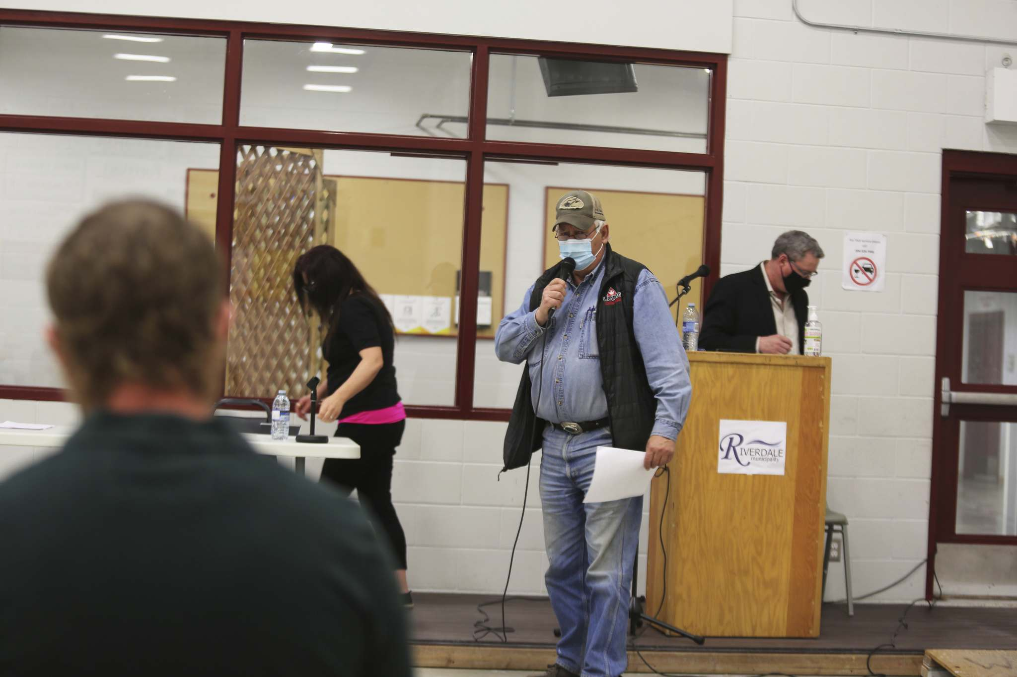 Rivers-area rancher Cliff Penno confronts a representative from Western Asphalt Products on Tuesday evening about the company's application to set up aggregate mining operations south of the town. The Riverdale Municipality heard from at least a dozen or so residents during this public hearing on the topic, which took place inside the local community centre's curling rink. (Kyle Darbyson/The Brandon Sun)</p></p>