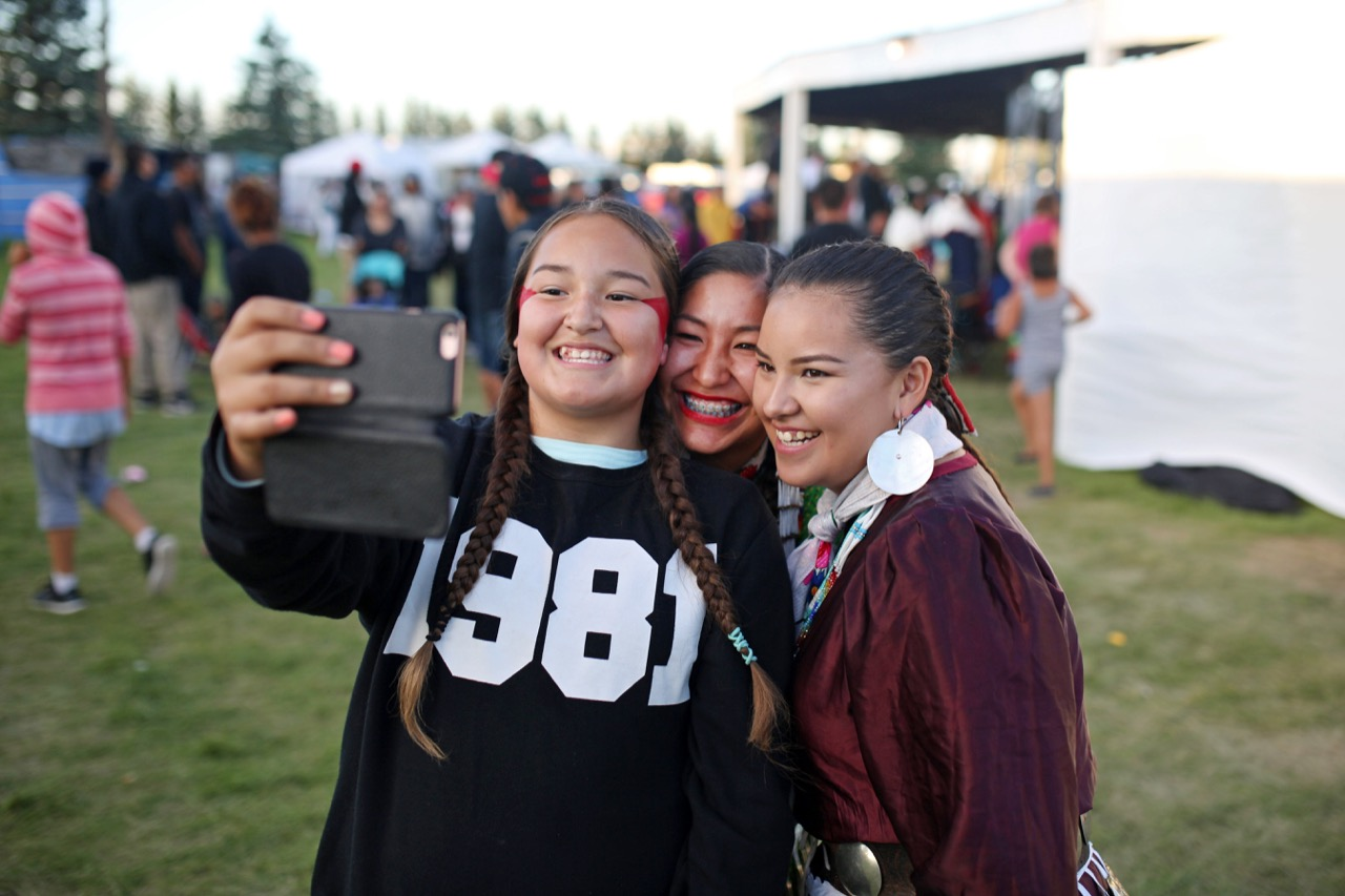 Friends Sparrow Littlesky, Wamble Littlesky and Oketwsha Roberts take a selfie together during the 2016 Sioux Valley Dakota Nation Pow wow on Saturday evening. (Tim Smith / Brandon Sun)