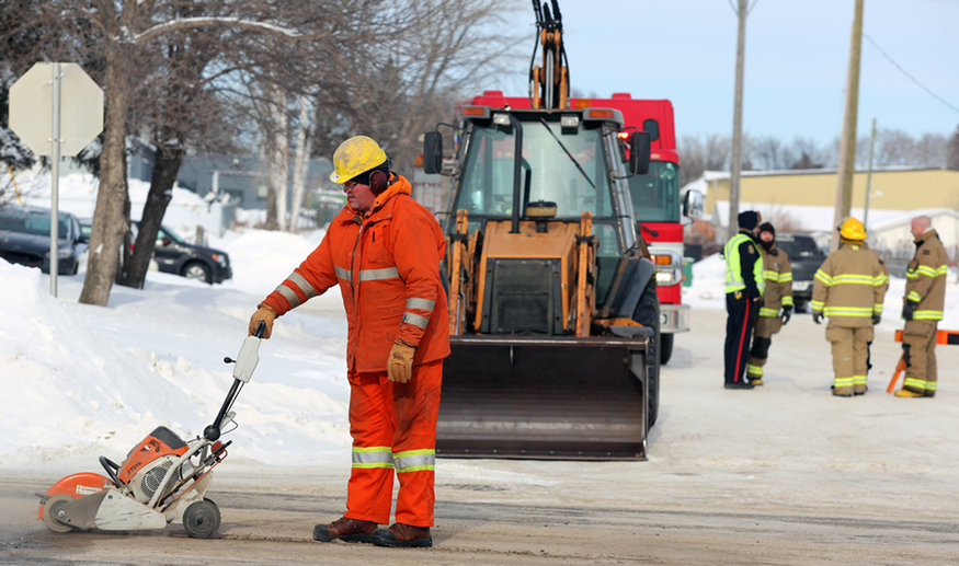 A Manitoba Hydro worker cuts a hole in the road on Sunday after a gas leak near Brandon Ave. and 22nd Street. (Melissa Verge/The Brandon Sun)